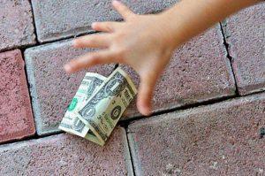 найти-деньги-на-дороге