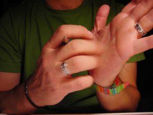 чешется-палец