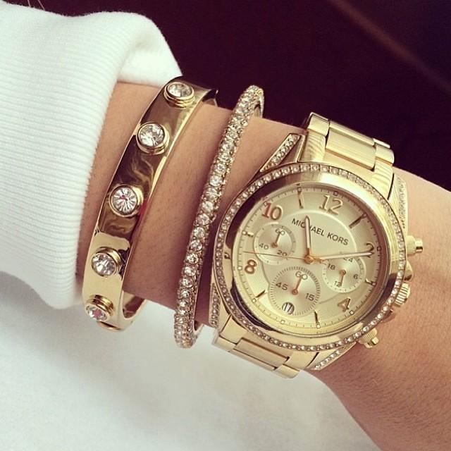 часы на женской руке примета